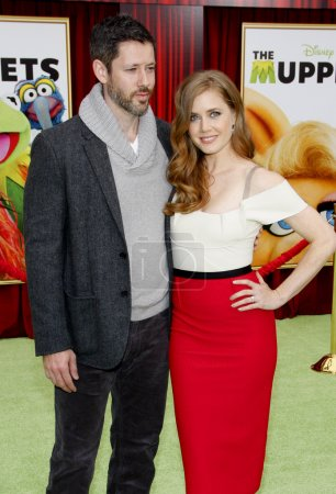 Photo pour HOLLYWOOD, CA, USA - NOVEMBER 12, 2011. Darren Le Gallo and Amy Adams at the World premiere of 'The Muppets' held at El Capitan Theater in Hollywood. - image libre de droit