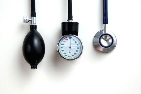 Photo pour Appareil médical de tensiomètre isolé sur blanc - image libre de droit