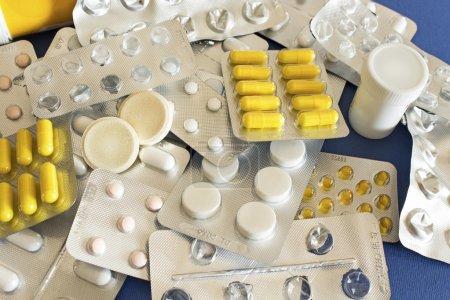 Photo pour Différentes pilules sur fond bleu . - image libre de droit