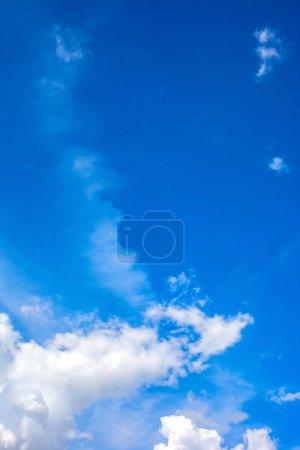 Photo pour Bleu ciel avec nuages - image libre de droit