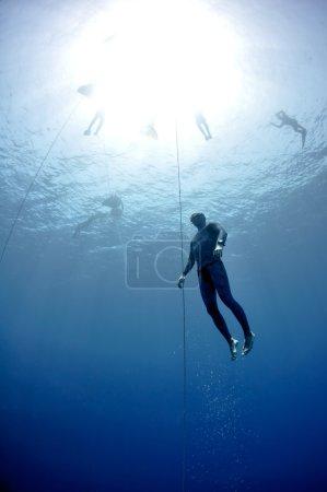 Photo pour Freediver fait de la plongée préparatoire près de la ligne de sécurité par brasse, dans le cadre d'une session d'entraînement de plongée en apnée à Blue Hole, Dahab, Egypte - image libre de droit
