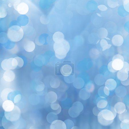 Photo pour Brillance des rayons du soleil brillent du centre sur fond abstrait lumineux bleu scintillant . - image libre de droit