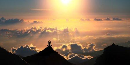 Photo pour Une personne est debout sur le sommet de la colline au-dessus des beaux nuages . - image libre de droit