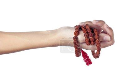 Photo pour Chapelet de Rudraksha dans une main féminine. Japa mala - image libre de droit