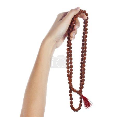 Photo pour Chapelet de Rudraksha dans une main féminine. Japa mala . - image libre de droit