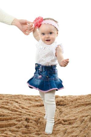 Photo pour Bébé fait ses premiers pas - image libre de droit