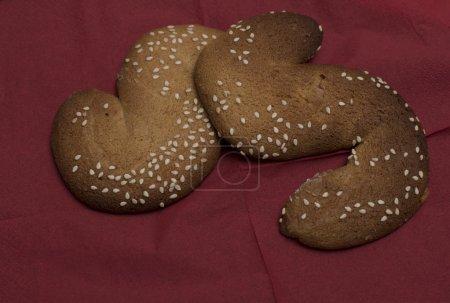 Foto de Galletas de Papá italiano traditionale Susamielli Sweet. S en forma de galletas en una bandeja blanca. - Imagen libre de derechos
