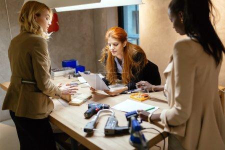 Photo pour Femmes créatives travaillant sur le projet et le brainstorming en atelier - image libre de droit