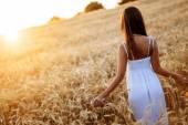 """Постер, картина, фотообои """"Романтичная женщина в полях ячменя"""""""