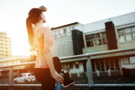 corredor femenino descansando
