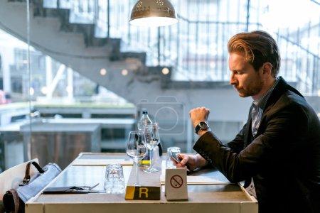 Photo pour Homme d'affaires attendant un collègue dans un restaurant - image libre de droit