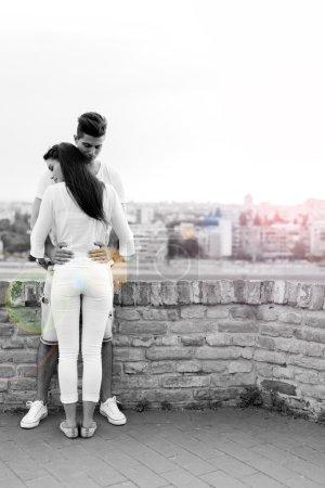 Photo pour Jeune couple se tenant autour de la taille et étant proche l'un de l'autre - image libre de droit