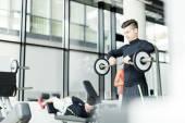Mladý muž trénink v tělocvičně