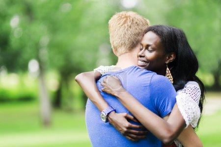 Photo pour Couple amoureux embrasser paisiblement à l'extérieur et être vraiment heureux. Sensation de sécurité et de sérénité - image libre de droit