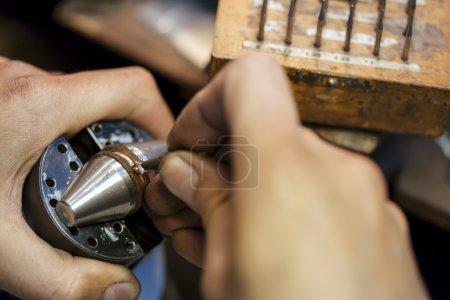 Bague étant réparé par un bijoutier