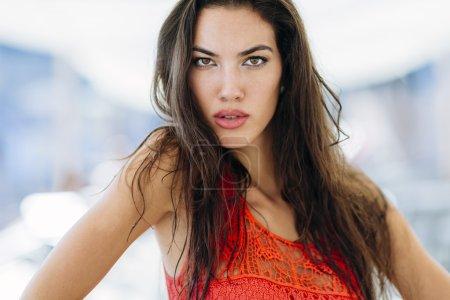 Photo pour Superbe femme posant en plein air. Expression de style Fashion - image libre de droit