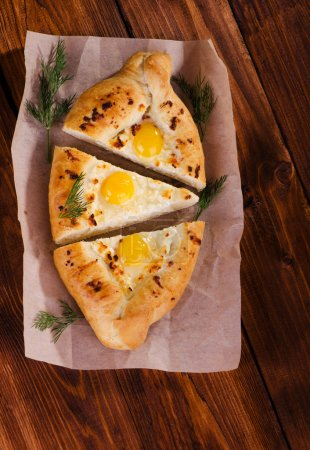 Photo pour Cuisson, khachapuri - plat traditionnel géorgien farci avec du fromage et des œufs de caille - image libre de droit