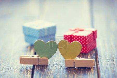 Foto de Juguetes y regalos en el fondo de lunares de la forma de dos corazones. - Imagen libre de derechos