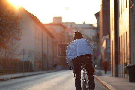 Photo pour Ville vélo - cycliste fixie, fixe gear bike au coucher du soleil. Photo par derrière - fond flou. - image libre de droit
