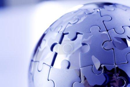 Photo pour Puzzle en métal globe isolé sur fond blanc - image libre de droit