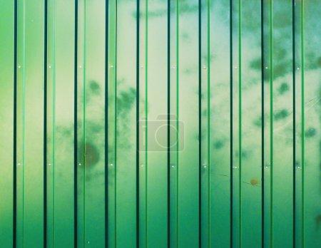 Photo pour Clôture d'ondulée vert teinté de fond - image libre de droit