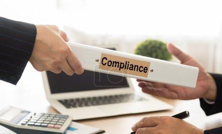 Photo pour Le personnel envoie la conformité manuelle des dossiers au gestionnaire dans les bureaux . - image libre de droit