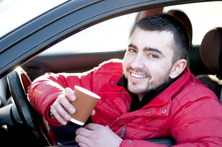 Photo pour Homme attrayant dans sa voiture boire du café à l'extérieur . - image libre de droit