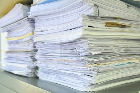 Photo pour Bouchent pile de papiers, livres et fichiers - flou artistique. - image libre de droit