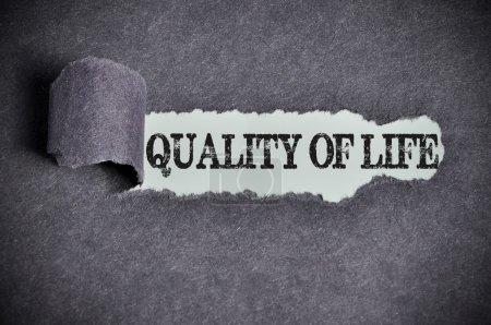 Photo pour Qualité de vie mot sous déchiré papier de sucre noir . - image libre de droit