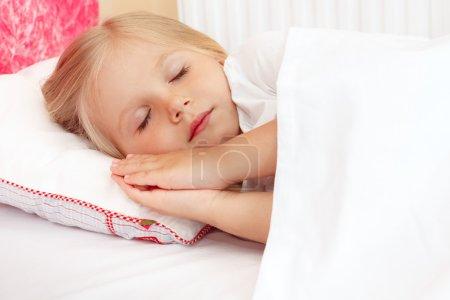 Photo pour Adorable petite fille dormant dans le lit . - image libre de droit