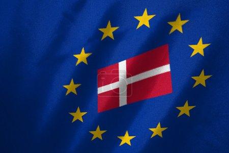 Photo pour Drapeau du Danemark dans le drapeau de l'UE sur le tissu - image libre de droit
