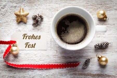 Photo pour Noël, nature morte festive, tasse de café, Frohes Fest, allemand, panneau sur bois - image libre de droit