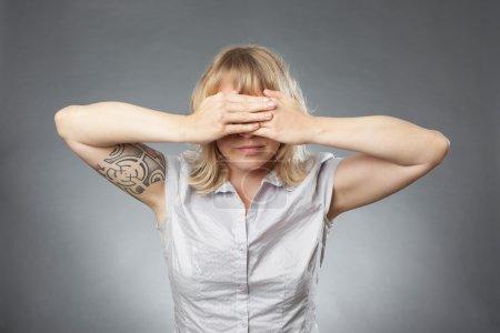 Photo pour Portraits de jeune femme sur fond gris, couvrant ses yeux - image libre de droit