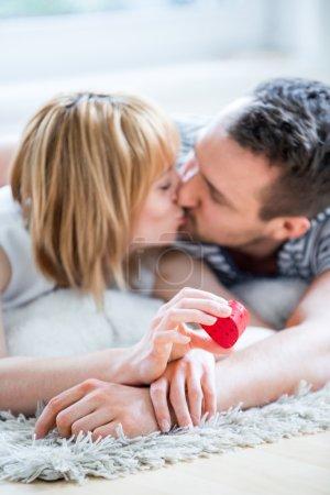 Photo pour Couple heureux et aimant, boîte de coeur à la main - image libre de droit