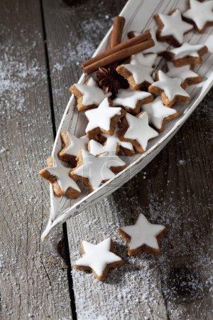 Foto de Estrellas de canela con azúcar polvo en el tazón de madera - Imagen libre de derechos