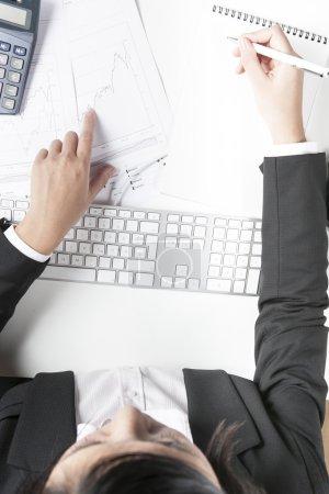Geschäftsfrau arbeitet am Schreibtisch