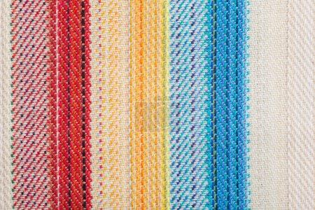 Foto de Fondo de rayas textil con detalles azules y rojos - Imagen libre de derechos