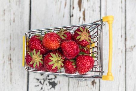 Photo pour Chariot miniature avec fraises - image libre de droit