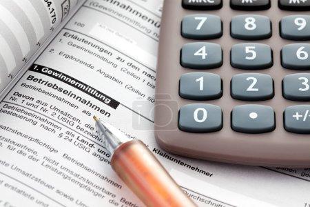 Foto de Impuestos, costos, documentos, calculadora, cerrar - Imagen libre de derechos