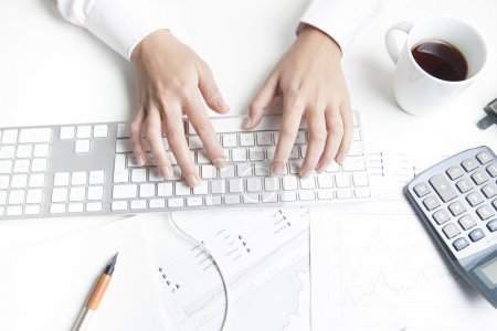 Photo pour Femme travaillant au bureau, tapant sur le clavier - image libre de droit