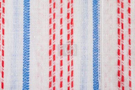 Photo pour Fond textile rayé blanc avec détails bleus et rouges - image libre de droit