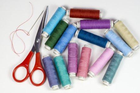Photo pour Bobines avec fil coloré pour la couture avec ciseaux une aiguille - image libre de droit