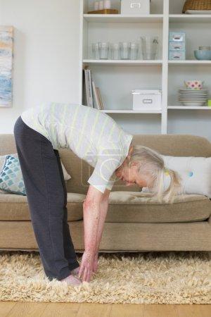 Photo pour Femme âgée faisant de l'exercice à la maison . - image libre de droit