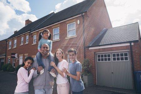 Photo pour Héhé, posant pour la caméra ensemble à l'extérieur de leur maison. - image libre de droit