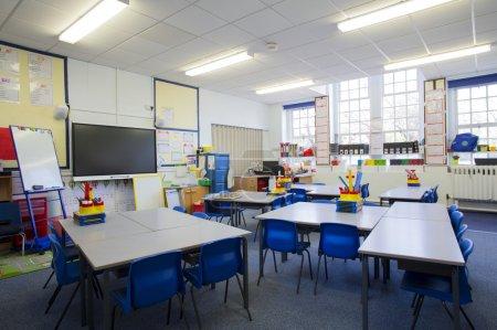 Foto de Una imagen horizontal de un aula de escuela primaria vacía. El entorno es típicamente británico. - Imagen libre de derechos