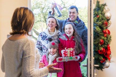 Familie liefert Geschenke zu Weihnachten