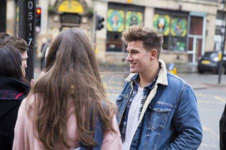Photo pour Groupe de jeunes adultes parlant dans la ville . - image libre de droit