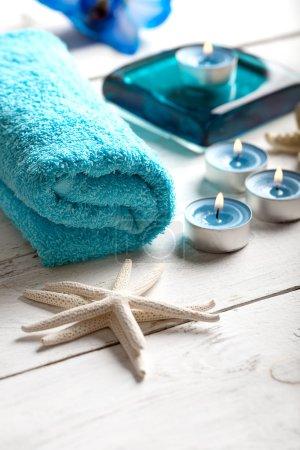 Photo pour SPA nature morte avec serviette, bougies et étoiles de mer sur surface en bois blanc - image libre de droit