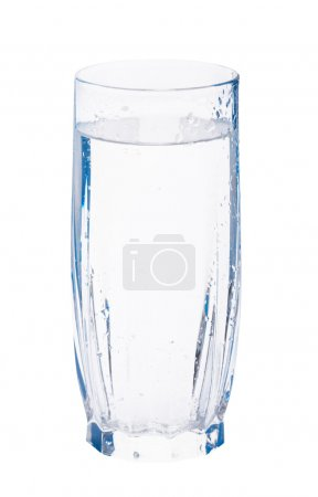 Photo pour Verre d'eau pétillante avec gouttes d'eau à la surface du verre - image libre de droit