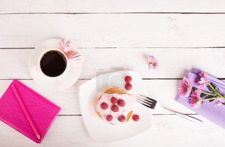 Photo pour Crêpes savoureuses avec sauce rose et framboises dans l'assiette - image libre de droit